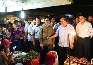 Thủ tướng thị sát chợ Long Biên, ruộng rau sạch