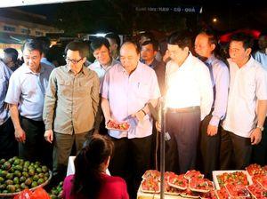 CHÙM ẢNH: Thủ tướng Nguyễn Xuân Phúc bất ngờ kiểm tra chợ Long Biên lúc rạng sáng