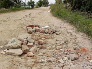 """""""Ngắm"""" đường nông thôn mới """"nát bét"""" ở xã Vĩnh Quỳnh"""