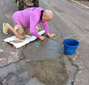 """Người mẫu tắm bùn """"ổ gà"""", phản đối đường xuống cấp"""