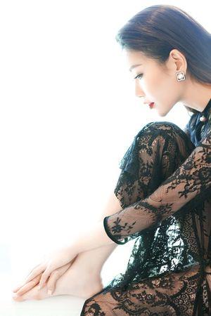 Hoa hậu Lam Cúc đẹp kiêu kỳ với đầm ren