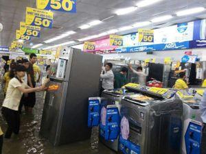 Xót cảnh siêu thị điện máy Chợ Lớn ngập trong cơn mưa lịch sử