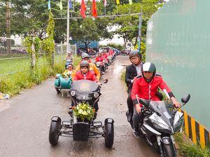 Đoàn rước dâu bằng dàn mô tô cổ gây náo loạn đường phố Sài Gòn