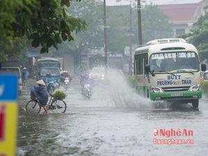 Ám ảnh những 'hung thần tạt nước' trong ngày mưa