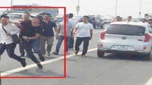 Vụ cảnh sát 'gạt tay trúng má phóng viên': Báo Tuổi trẻ và CAHN nói gì?