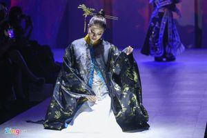 Phạm Hương ca cải lương trên sàn diễn thời trang