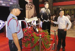 Hàng trăm khán giả vây quanh tượng sáp Đàm Vĩnh Hưng