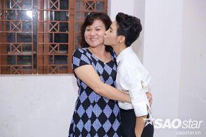 Vũ Cát Tường diện váy lạ mắt, ôm hôn mẹ thắm thiết trong hậu trường The Voice Kids