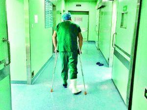 Quỳ nửa tiếng trong phòng phẫu thuật, nữ y tá mang thai 7 tháng kiệt sức ngồi nghỉ trên nền đất
