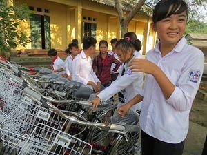 Báo NNVN cùng Vingroup tặng xe đạp học sinh nghèo vượt khó nơi đầu nguồn sông Cầu