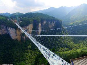 Chiêm ngưỡng tuyệt tác cầu làm bằng kính cao 300m giữa 2 đỉnh núi tại Trung Quốc