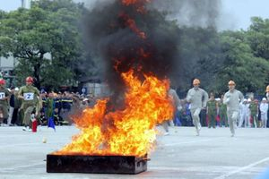 Xem cảnh sát PCCC thi dập lửa, cứu người trong không gian hẹp