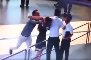 Bị đánh vì quay clip hành khách ở sân bay, nữ nhân viên có sai?