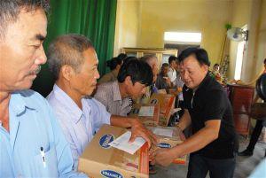 Vinamilk trao 2 tỷ đồng ủng hộ người dân vùng lũ