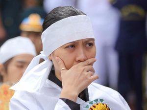 Vợ thiếu tá phi công đeo nhẫn của chồng trong tang lễ