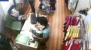 Người phụ nữ dụ dỗ bé trai trộm tiền ở shop quần áo