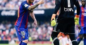 Sao Barca bị CĐV Valencia ném 'vật thể lạ' trúng đầu