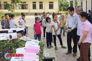Lãnh đạo tỉnh động viên, tặng quà Trường TH Thạch Ngọc