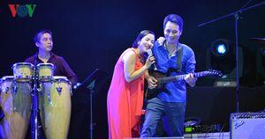 Mỹ Linh hát 'Trưa vắng', tình tứ cùng nhạc sĩ Anh Quân ở Monsoon