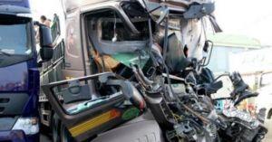2 xe tải đâm nhau, thi thể tài xế kẹt trong cabin 5 giờ