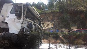 Quảng Ninh: 'Hung thần' xe tải mất lái, leo qua dải phân cách giữa đường, đầu xe nát bét