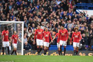 Nhận đòn kinh hoàng, Mourinho ngã sấp mặt tại Stamford Bridge