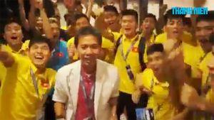 HLV Hoàng Anh Tuấn cùng U19 Việt Nam vui mừng sau khi giành vé vào World Cup U20