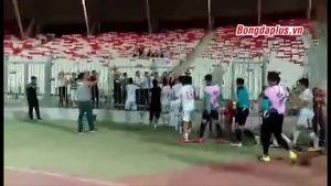 U19 VN lao lên khán đài hát mừng cùng fan hâm mộ