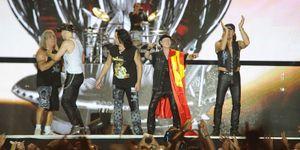 Scorpions khoác cờ Việt Nam ở giữa sân khấu Hoàng Thành