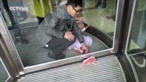Thót tim, bé gái 4 tuổi mắc chân vào cửa xoay