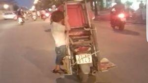 Hà Nội: Lạnh người nhìn cháu bé 'làm xiếc' trên xe máy