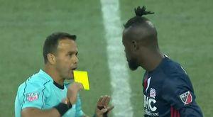 Tiền đạo bị phạt vì lắc mông ăn mừng trước mặt đối thủ