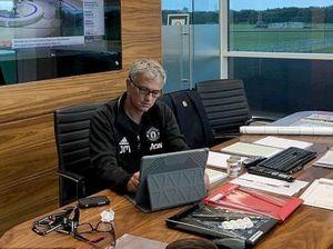 Mourinho trốn trong văn phòng, không ra sân chỉ đạo cầu thủ