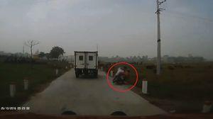 Hà Nội: Bị cửa xe chở phạm nhân đập trúng, 2 người rơi xuống ruộng