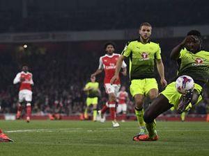 Arsenal vào vòng năm Cup Liên đoàn nhờ cú đúp của Chamberlain
