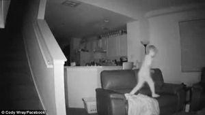 Kiểm tra camera, bố mẹ ngỡ ngàng khi thấy hành động của con lúc nửa đêm