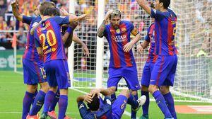 Barca siêu ăn vạ: '1 cái chai, 5 cầu thủ ngã vật xuống sân'
