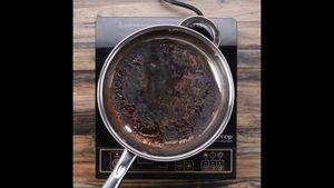 Cách dễ ợt để cứu chiếc chảo cháy đen mà không cần chà mạnh