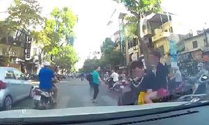 Nam thanh niên tạt đầu ô tô đánh rơi bạn gái giữa đường