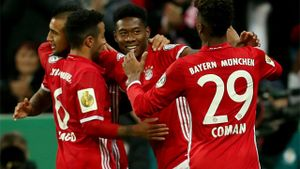 Philipp Lahm ghi bàn đẹp mắt giúp Bayern thắng Augsburg 2-1