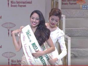 Vẻ đẹp tinh khôi của Thúy Vân khi lên trao giải Á hậu Quốc tế 2016