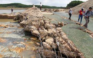 Quảng Trị: Bêtông cốt thép ở đập điều tiết lũ bị nước lũ 'xé' nát