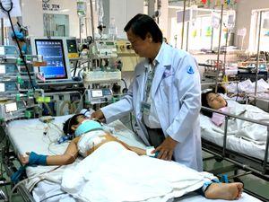 60 giây hội chẩn cứu bé trai bị thanh sắt đâm thủng tim