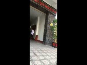 Chồng 'tung chưởng' khi bắt gặp vợ cùng nhân tình gửi xe trong khách sạn để... uống cafe