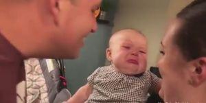 Em bé bật khóc mỗi khi bố mẹ hôn nhau