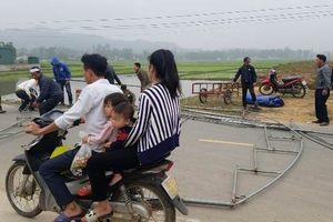 Vụ xe cán bộ công an gây tai nạn chết người: Người nhà nạn nhân ra quốc lộ dựng rạp phản đối