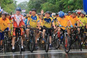 Cựu đại sứ Mỹ tham gia Ngày hội xe đạp thể thao