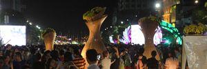 Ngay sau khai mạc, hàng nghìn người đổ về thăm quan đường hoa Nguyễn Huệ