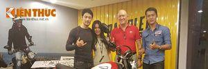 """Johnny Trí Nguyễn và Nhung Kate """"cưới vợ 2"""" Ducati Scrambler"""
