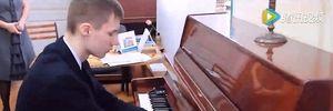 Cậu bé không tay chơi Piano khiến cả thế giới ngưỡng mộ